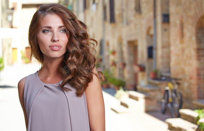 Женщина в платье лета идя и бежать радостная и c стоковые изображения rf
