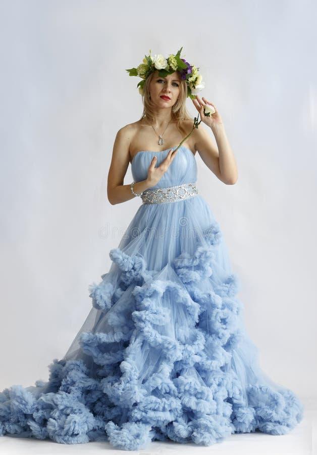 Женщина в платье свадьбы на белой предпосылке стоковая фотография rf