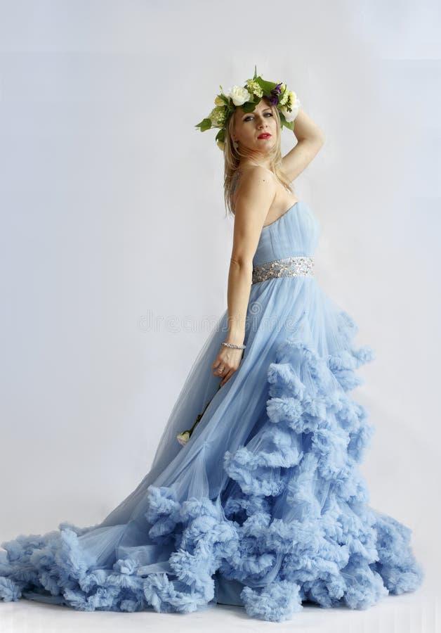 Женщина в платье свадьбы на белой предпосылке стоковые фотографии rf
