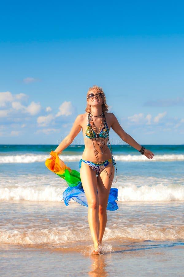 Женщина в пляже стоковое фото