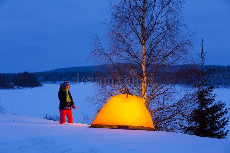 Женщина в располагаться лагерем зимы стоковые изображения rf
