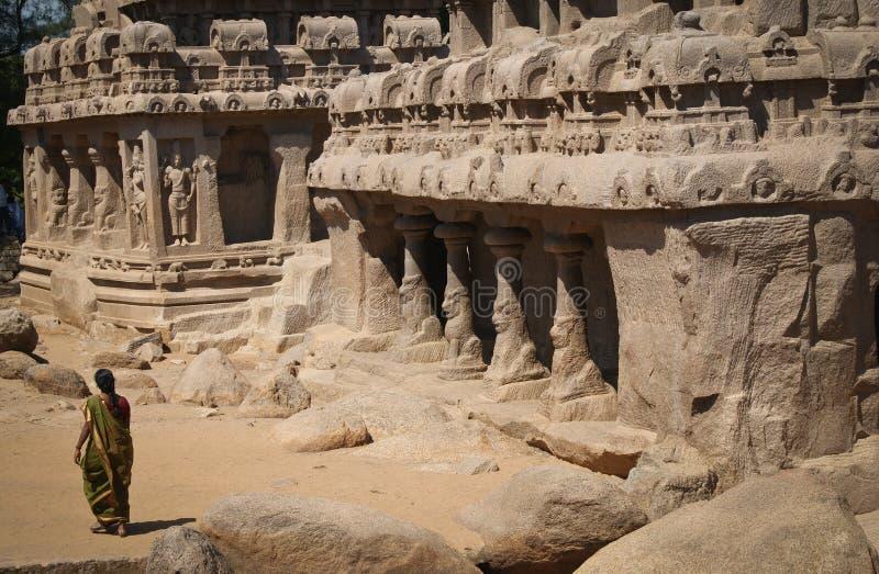 Женщина в древних храмах в Mahabalipuram стоковые фотографии rf