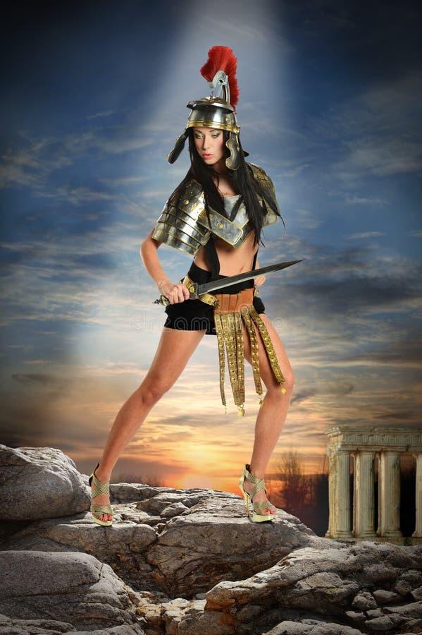 Женщина в римском панцыре стоковое изображение