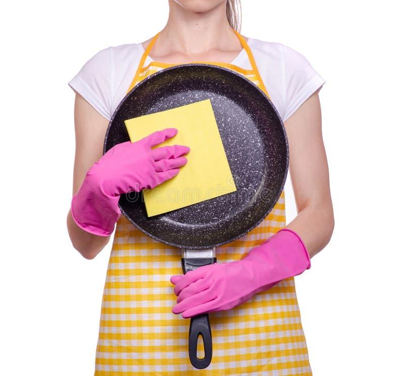 Женщина в рисберме в руках перчаток чистки сковорода стоковые изображения rf