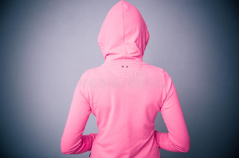 Женщина в розовой куртке с клобуком стоковые фото