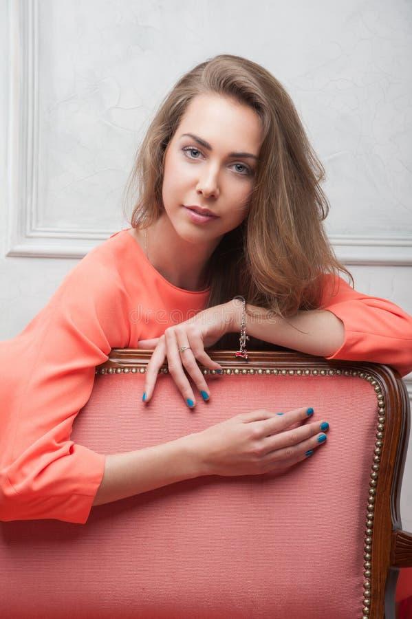 Женщина в розовом платье стоковая фотография rf