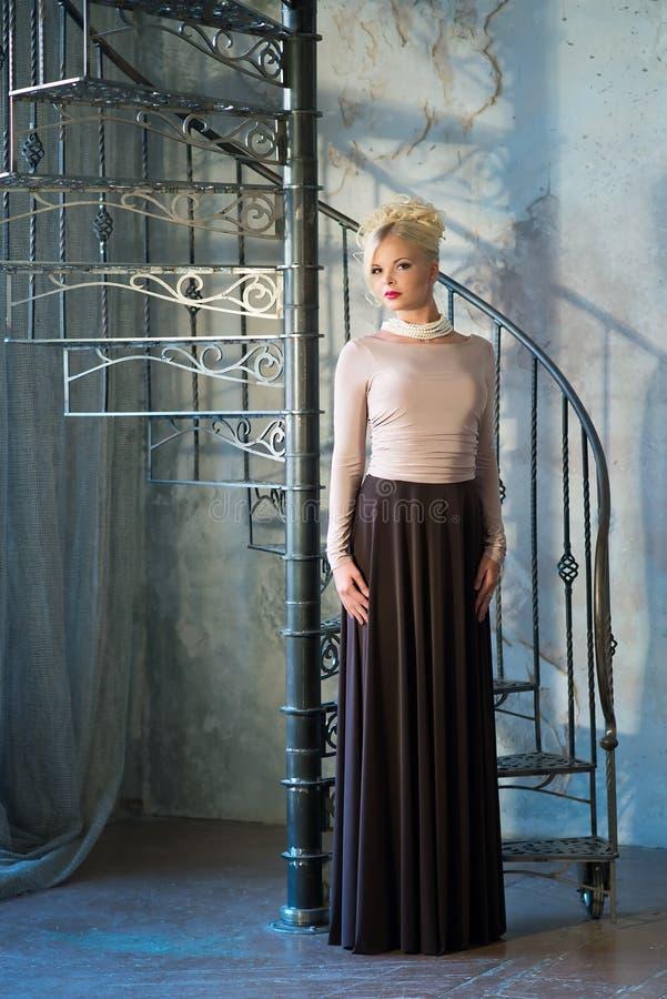 Женщина в роскошном интерьере blocky Лестницы стоковое фото