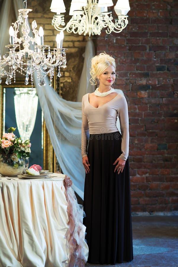 Женщина в роскошном интерьере blocky Платье Брайна стоковые фотографии rf