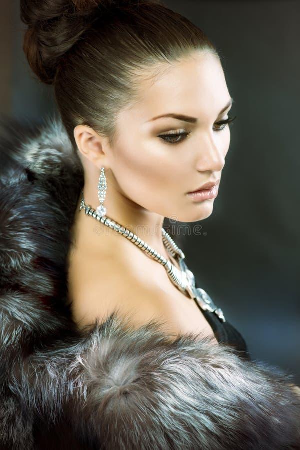 Женщина в роскошном пальто шерсти стоковое фото rf
