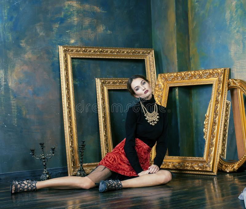 Женщина в роскошных внутренних близко пустых рамках, винтажный конец брюнет красоты богатая элегантности вверх стоковые фото
