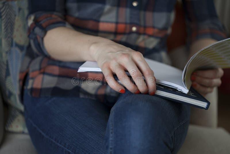 Женщина в рубашке шотландки держа тетради стоковые изображения rf