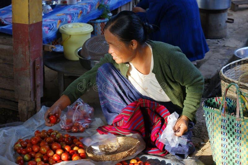 Женщина в рынке на озере Inle, Бирме, Азии стоковые фото