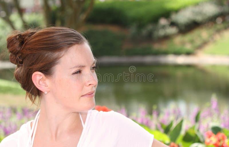 Женщина в саде стоковое изображение rf