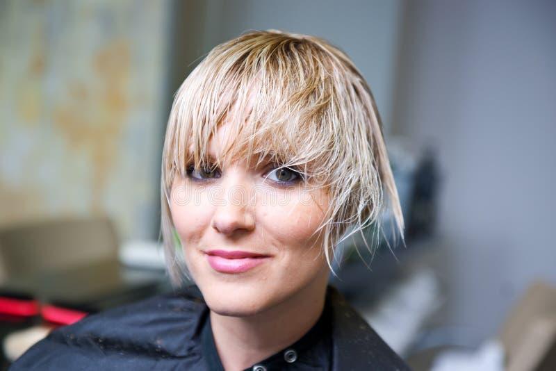 Женщина в салоне волос стоковые изображения rf