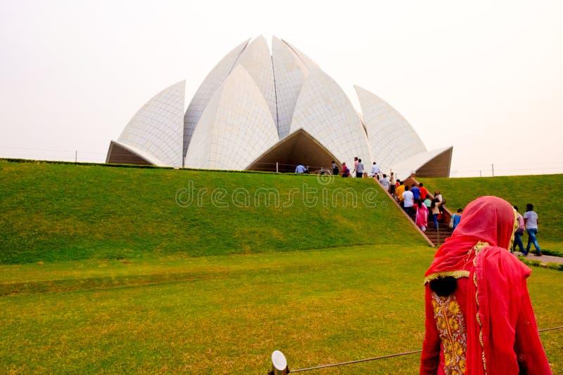 Женщина в сари идя за виском лотоса в Дели Индии стоковое фото rf