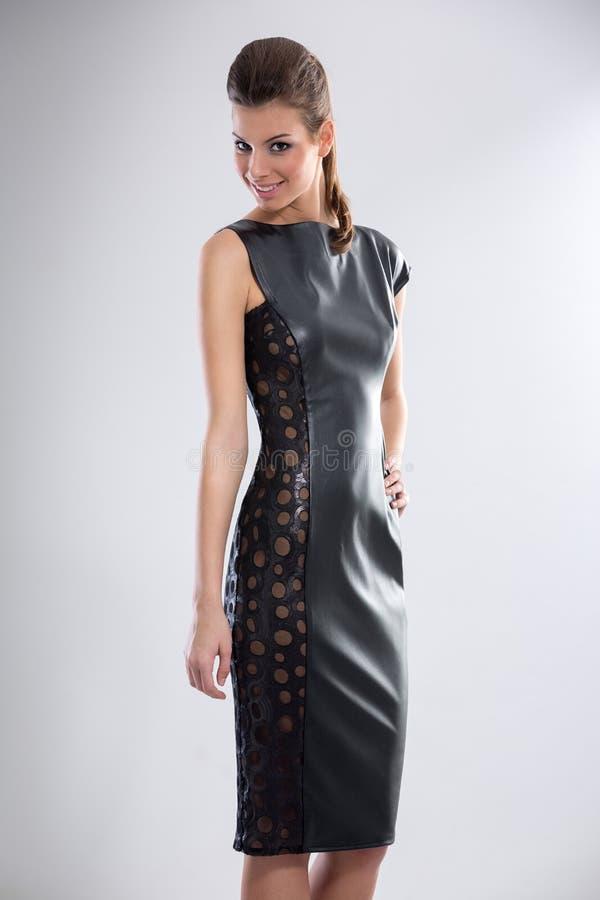Женщина кожаном платье фото