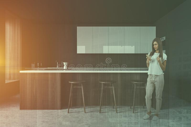 Женщина в серой кухне с баром стоковое фото rf