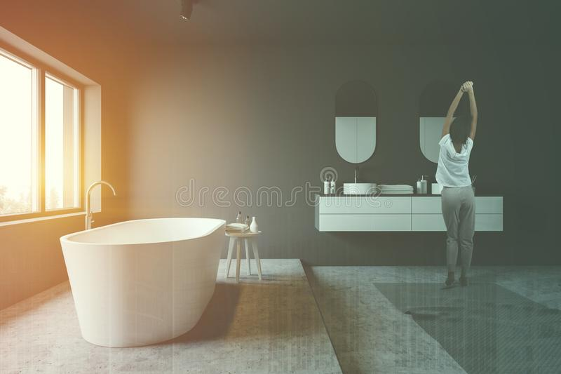 Женщина в сером интерьере bathroom стоковые фотографии rf