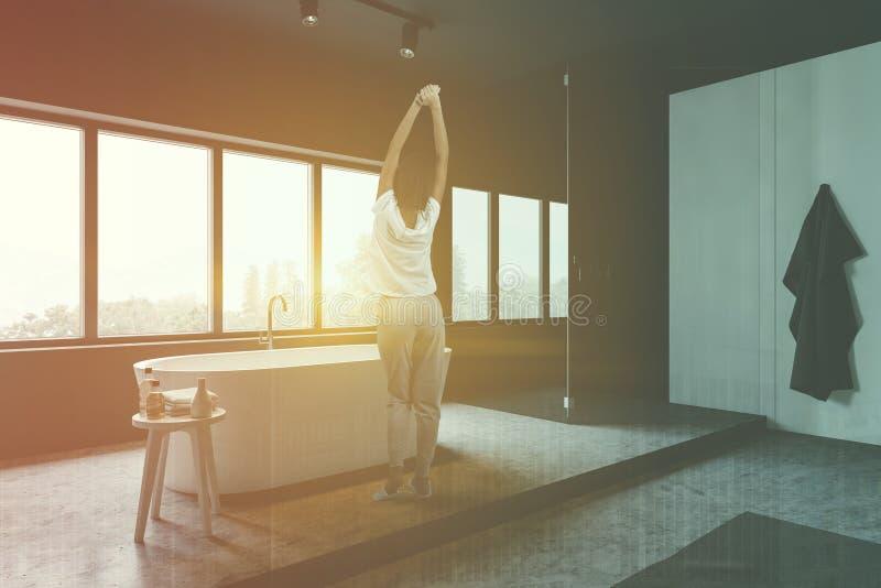 Женщина в сером и белом bathroom стоковое фото rf