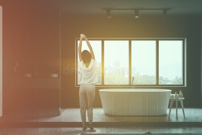 Женщина в сером bathroom с ливнем стоковые изображения rf
