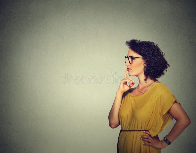 Женщина в смотреть желтого платья думая задумчивый стоковое изображение rf