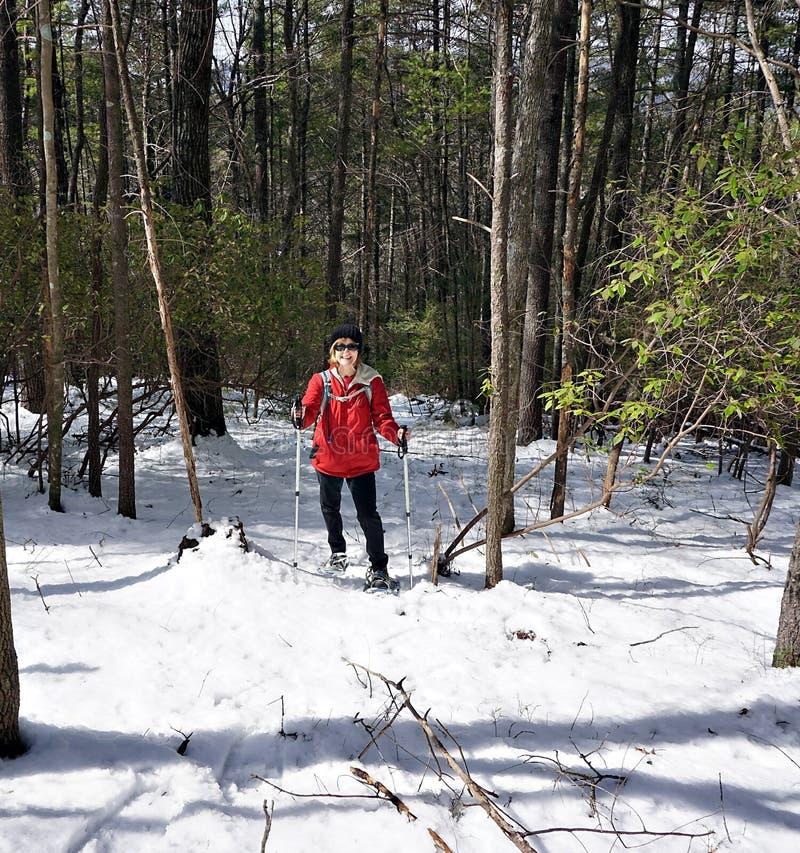 Женщина в снеге стоковое фото rf