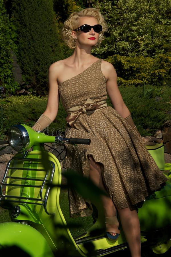 Женщина в солнечных очках outdoors стоковое фото