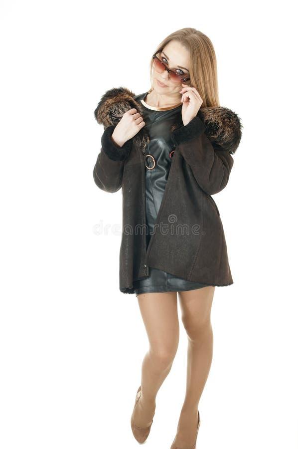Женщина в солнечных очках нося коричневое пальто овчины с мехом стоковое изображение rf