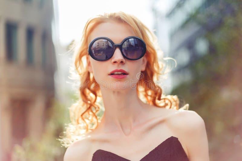 Женщина в солнечных очках, тонизированное фото имбиря стоковые фото