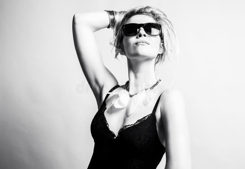 Женщина в солнечных очках стоковые изображения rf