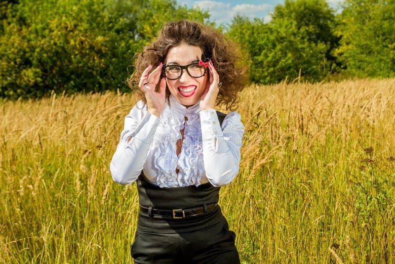 Женщина в стеклах представляя на природе стоковые фотографии rf