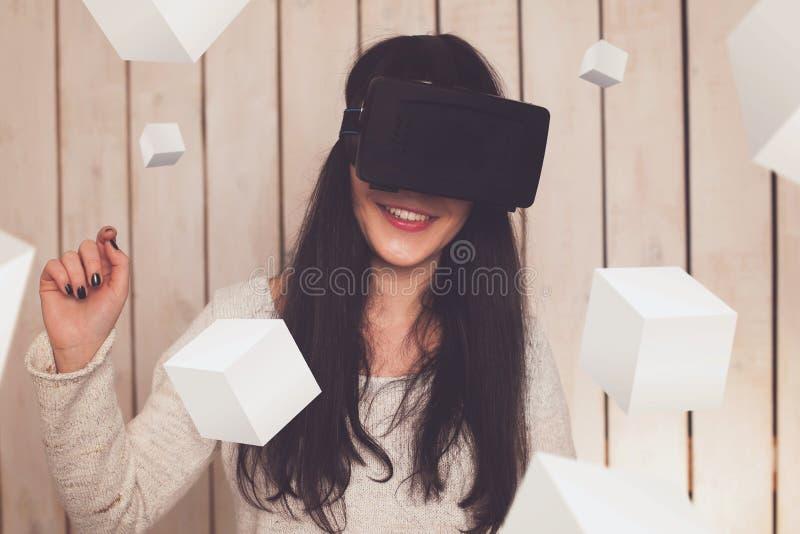 Женщина в стеклах VR стоковые изображения