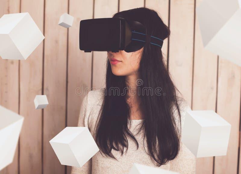 Женщина в стеклах VR стоковое изображение