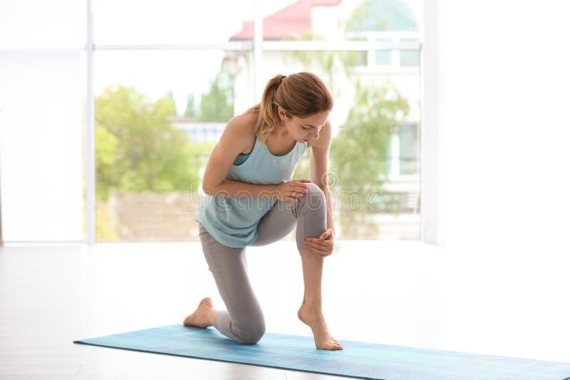 Женщина в страдании sportswear от боли колена стоковая фотография rf