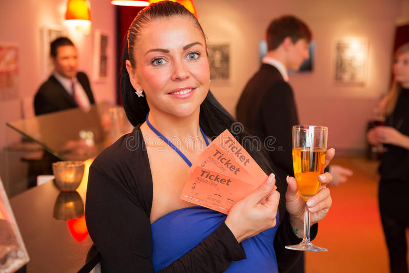 Женщина в театре представляя билеты стоковые изображения