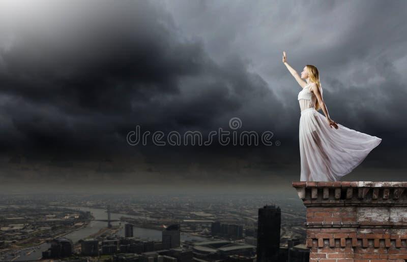 Женщина в темноте стоковая фотография rf