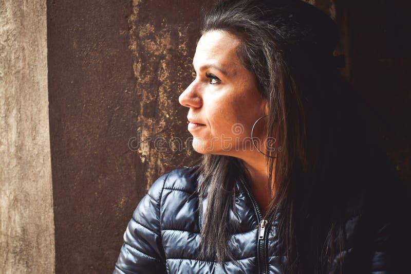 Женщина в тени стоковые изображения