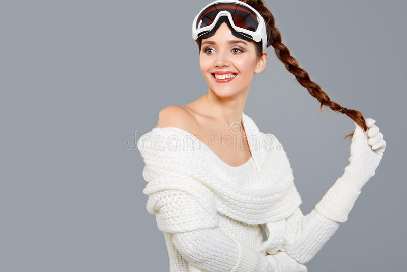 Женщина в теле спорт термальном для катаясь на лыжах лыжи тренировки гуглит стоковые фотографии rf