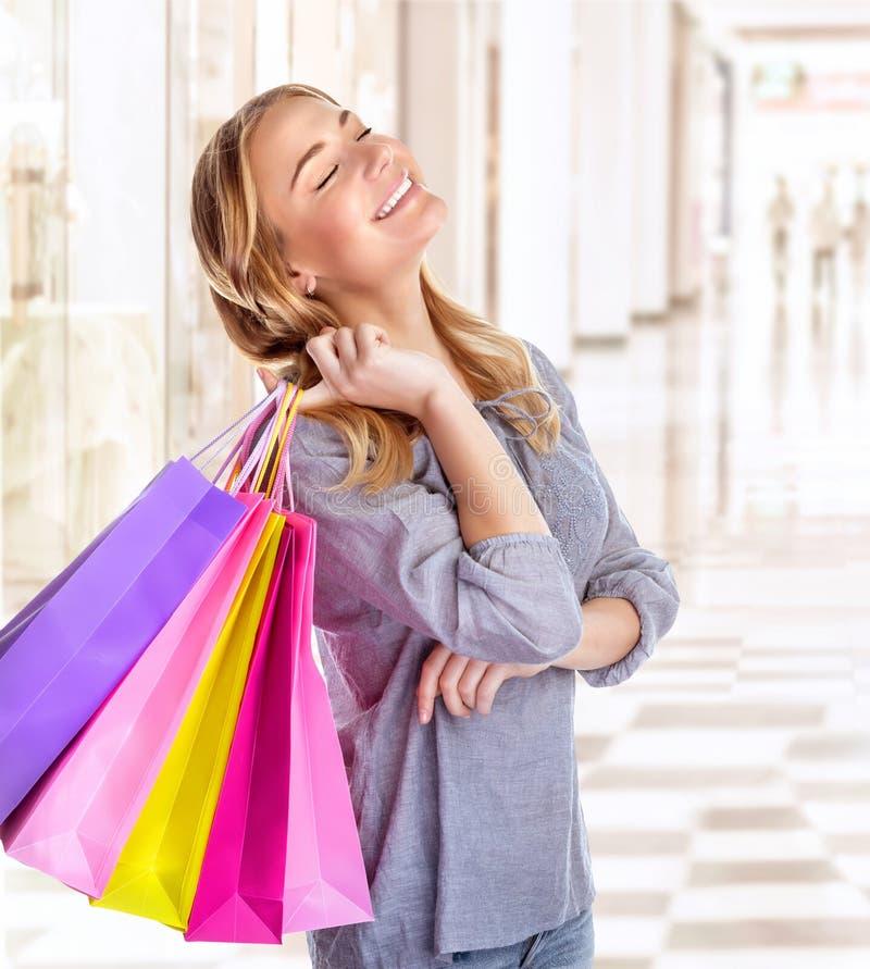 Женщина в торговом центре стоковое фото rf