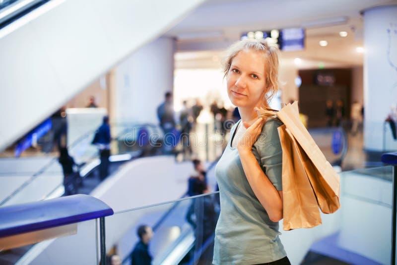 Женщина в торговом центре стоковое фото