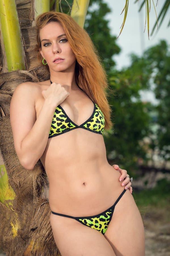 Женщина в тропическом пляже стоковое изображение rf