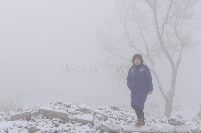 Женщина в тумане стоковая фотография rf