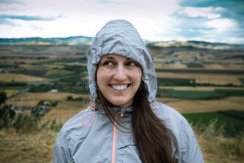 Женщина в усмехаться ветреной погоды стоковое фото