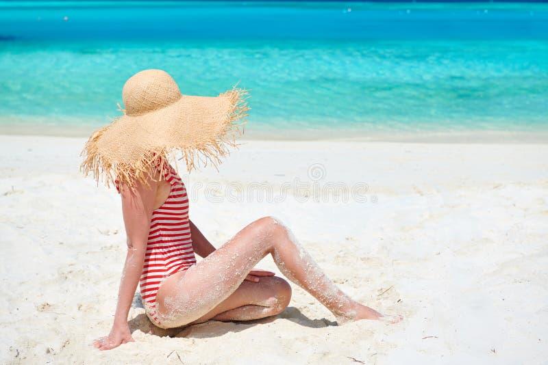 Женщина в цельном купальнике на пляже стоковая фотография rf