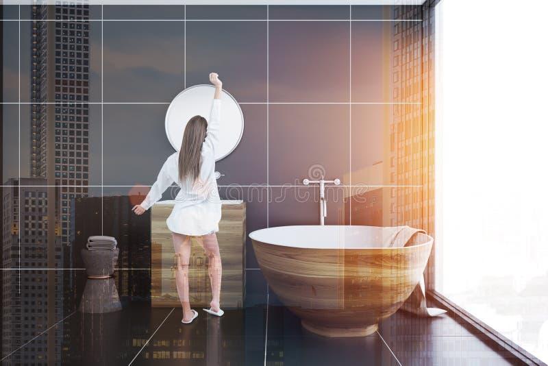 Женщина в черной ванной комнате внутренней, деревянном ушате плитки иллюстрация штока