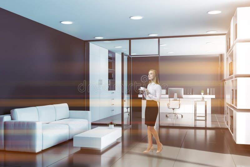 Женщина в черном офисе главного исполнительного директора с гостиной стоковая фотография