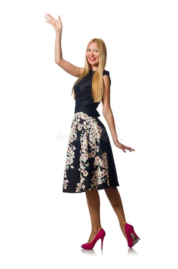 Женщина в черном флористическом платье изолированном на белизне стоковое фото rf