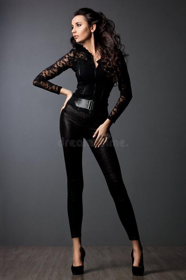 Женщина в черных одеждах стоковые фотографии rf