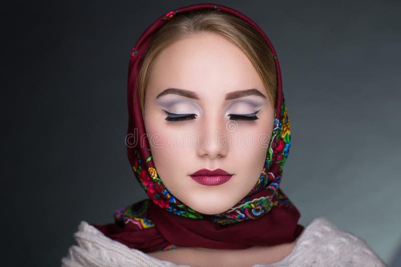Женщина в шарфе стоковая фотография rf