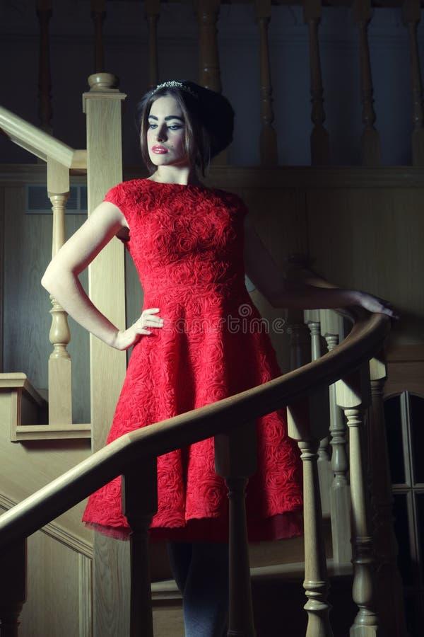 Женщина в шикарном платье представляя на лестницах стоковое изображение rf